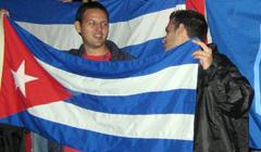 Carlos Lage Codorniú, presidente nacional de la FEU, sostiene bandera cubana